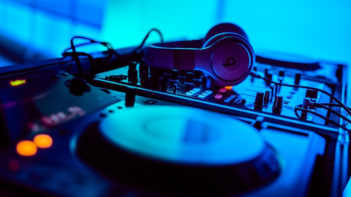 Playing an Incredible Music Mix To Pump The Party